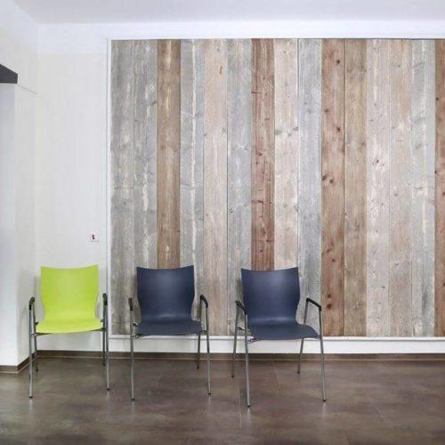 Klinik Stühle Holzwand
