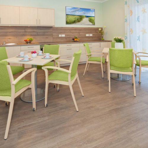 Pflegeheim Tischgruppen und Küchenzeile