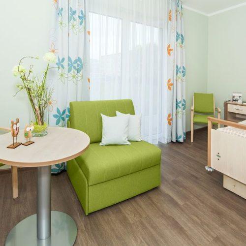 Pflegeheim Zimmer Couch und Bett