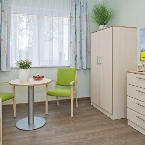 Pflegeheim Zimmer Tisch und Fenster