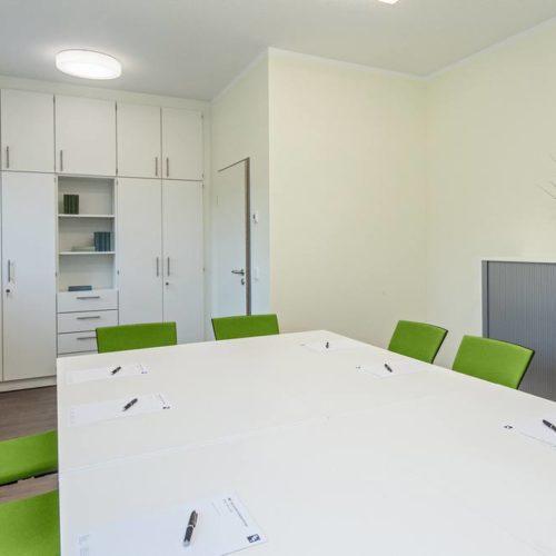 Tischgruppe und Schrank Büro