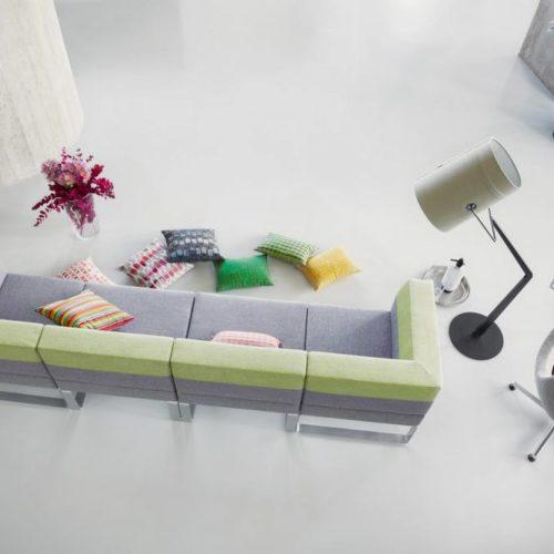 Couch und Kissen Wartebereich