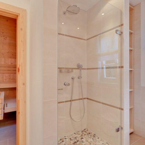 Bad mit Dusche und Sauna