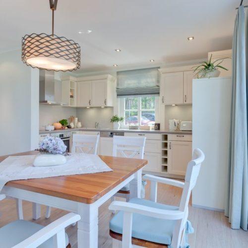 Esszimmer und Küche mit Tür