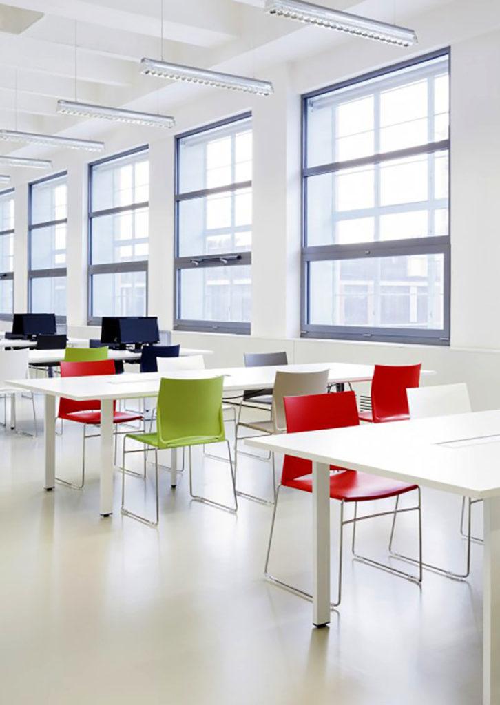 Gemeinschaftsraum Tische und Stühle