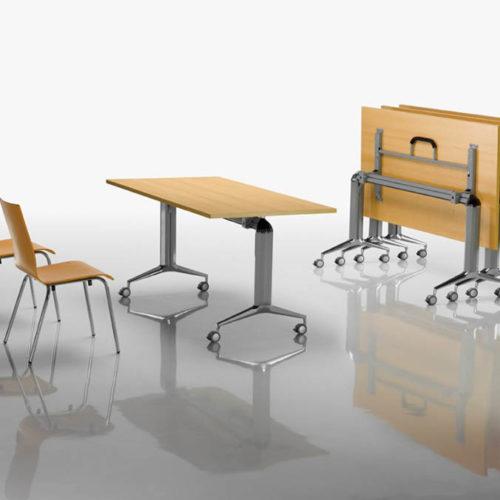 Stuhl und Tische zusammengeklappt