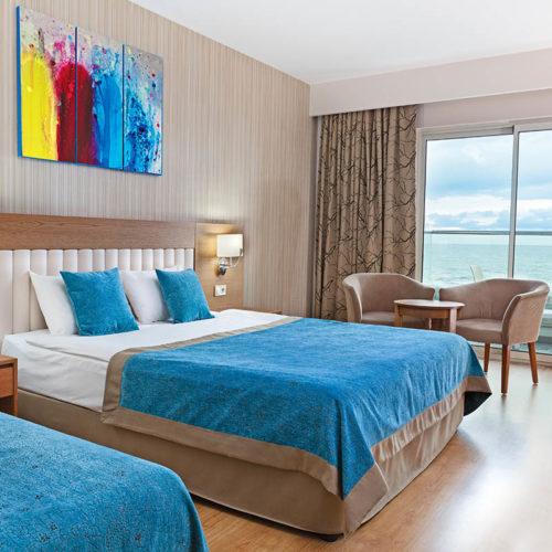 Hotelzimmer Bett und Fernseher